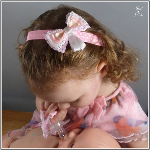 Bow headband for a baby with multiple bows of satin and lace